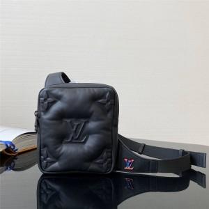 Louis Vuitton lv代购男包新款2054系列蓬松绵羊皮不对称单肩包胸包M68773